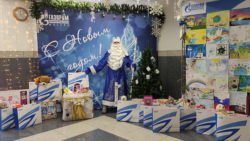 Дед Мороз привёз ёлку с подарками